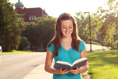 Hembra que estudia en campus Foto de archivo