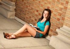 Hembra que estudia en campus Fotografía de archivo