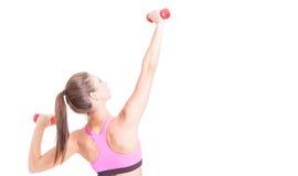 Hembra que hace ejercicios con pares de pesas de gimnasia Imagen de archivo