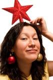 hembra que juega con las decoraciones de los christmass Imagen de archivo