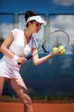 Hembra que juega a tenis Imagen de archivo
