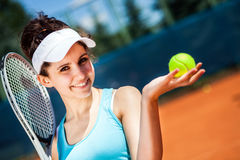 Hembra que juega a tenis Imagen de archivo libre de regalías