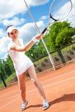 Hembra que juega a tenis Imágenes de archivo libres de regalías