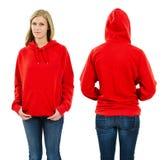 Hembra que lleva sudadera con capucha roja en blanco Foto de archivo libre de regalías