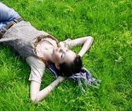 Hembra que miente en la hierba Fotografía de archivo