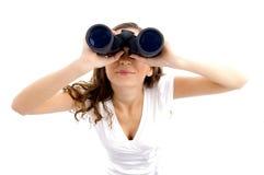 Hembra que mira hacia arriba con binocular Imagen de archivo