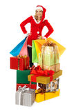 Hembra que se coloca detrás de la pila de regalos de Navidad Imagenes de archivo