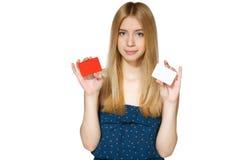 Hembra que sostiene dos tarjetas del crédito en blanco Imagen de archivo