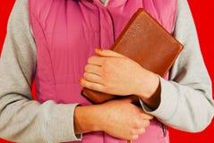 Hembra que sostiene un libro con sus manos Imágenes de archivo libres de regalías