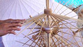 Hembra que trabaja el paraguas hecho a mano metrajes