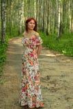 Hembra roja linda joven del pelo en el bosque del abedul del verano Fotos de archivo