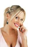 Hembra rubia atractiva joven que hace una llamada de teléfono Fotos de archivo libres de regalías