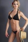 Hembra rubia joven atractiva en una tapa de bikiní foto de archivo libre de regalías