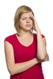 Hembra rubia que tiene un dolor de cabeza fotografía de archivo