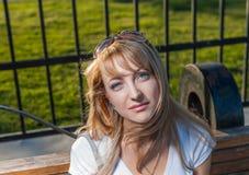 Hembra rubia 20s en día del parque de la ciudad Fotografía de archivo
