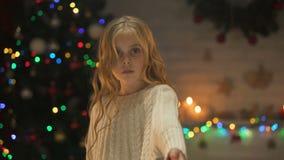 Hembra sola linda que pide la ayuda que celebra hacia fuera la mano, caridad en orfelinato, Navidad metrajes