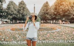 Hembra turística joven brasileña al aire libre con la cámara del vintage Foto de archivo