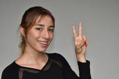 Hembra y signo de la paz de la minoría Fotografía de archivo libre de regalías