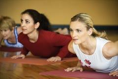 Hembras adultas en clase de la yoga. Foto de archivo libre de regalías