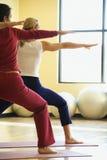 Hembras adultas en clase de la yoga. Foto de archivo