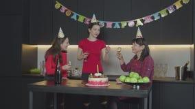 Hembras alegres que disfrutan de la celebración casera del cumpleaños almacen de metraje de vídeo