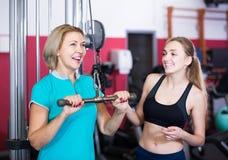 Hembras de diverso entrenamiento de la fuerza de la edad en gimnasio fotos de archivo