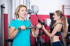 Hembras de diverso entrenamiento de la fuerza de la edad en gimnasio Fotos de archivo libres de regalías