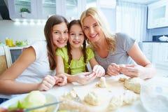 Hembras en la cocina Fotografía de archivo libre de regalías