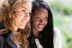 Hembras jovenes felices que miran lejos Foto de archivo libre de regalías