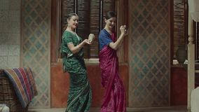 Hembras que bailan con los instrumentos musicales indios