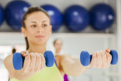 Hembras que hacen aeróbicos del paso en gimnasio Fotografía de archivo