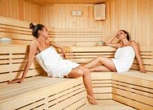 Hembras que se relajan en sauna Imagen de archivo libre de regalías