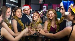 Hembras y varones sonrientes que celebran Año Nuevo foto de archivo