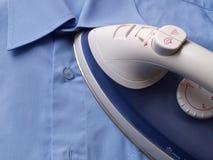 Hemd des bügelnden Blaus Stockfotografie