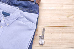 Hemd mit Jeans und Uhr Stockfotos