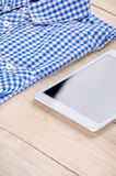 Hemd und digitale Tablette Lizenzfreies Stockbild
