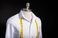 Hemd und Maßband Lizenzfreie Stockfotografie