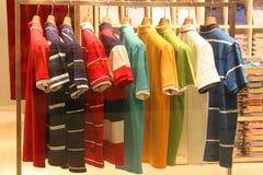 Hemden auf Aufhängungen Stockfotografie