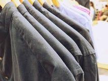 Hemden auf dem Aufhänger im Speicherabschluß oben stockfoto