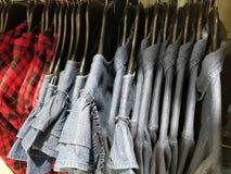 Hemden, die in einem Einkaufszentrum hängen stockbild