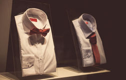 Hemden in einem Schaukasten Stockfotos