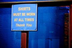 Hemden müssen jederzeit getragen werden - danke zu unterzeichnen Lizenzfreie Stockfotos