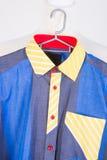 hemden Mannhemden auf Aufhängern Stockfotos
