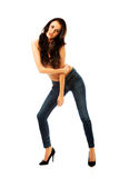 Hemdlose Frau, die in den Jeans anzieht lizenzfreie stockfotografie