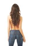 Hemdlose Frau in voller Länge, die in den Jeans anzieht lizenzfreie stockbilder