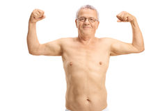 Hemdloser älterer Mann, der sein Bizeps biegt Lizenzfreie Stockbilder