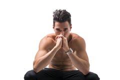 Hemdloser junger Mann tief in der Betrachtung stockbilder
