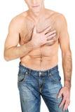 Hemdloser Mann mit Schmerz in der Brust Stockfotografie