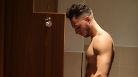 Hemdloser muskulöser junger männlicher Athlet in der TurnhallenUmkleidekabine stock video footage