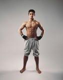 Hemdloser muskulöser Mann, der in den sweatpants aufwirft Lizenzfreies Stockfoto